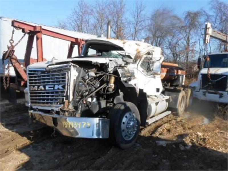 USED 2002 INOPERABLE MACK TRUCKS CH613 DAYCAB TRUCK #258418